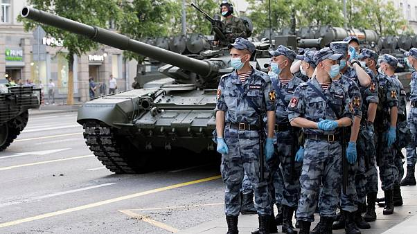 الحرس الوطني الروسي يحرس منطقة في العاصمة فيما تتوجه عربات عسكرية نحو الساحة الحمراء خلا تدريبات على تنظيم استعراض عيد النصر - 2020/06/17