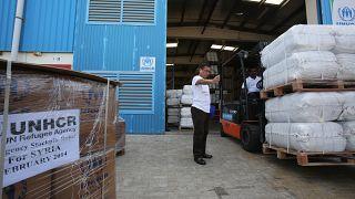 مساعدات إنسانية مخصصة لسوريا تشحن من أحد المطارات في الإمارات