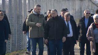 El presidente húngaro visita la frontera con Serbia