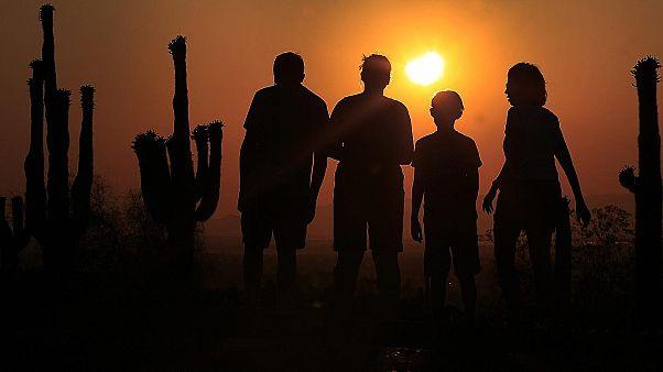 Güneş tutulmasını izleyen insanlar, 2012 / Phoenix