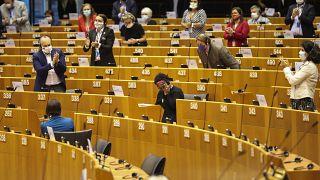 النائبة بعد إلقائها الكلمة أمس في البرلمان الأوروبي، وسط حضور النواب الذين صفقوا لها