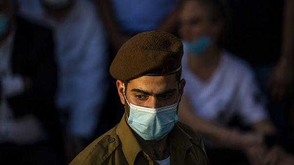 جندي إسرائيلي يلبس كمامة