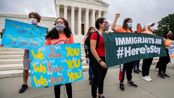 Des étudiants immigrés bénéficiant du programme DACA fêtent le jugement de la Cour suprême à Washington, le 18 juin 2020
