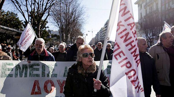 """Συνταξιούχοι μέλη του σωματείου συνταξιούχων """" Η Συσπείρωση"""" πραγματοποιούν πορεία ενάντια"""