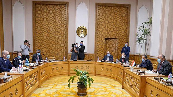 Ο υπουργός Εξωτερικών της Αιγύπτου Sameh Shoukri (Δ) συνομιλεί με τον υπουργό Εξωτερικών Νίκο Δένδι