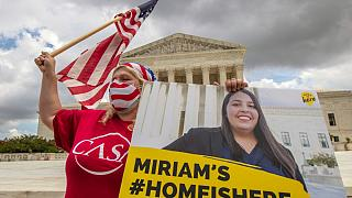 I destinatari del DACA (Deferred Action for Childhood Arrivals) festeggiano davanti alla Corte Suprema degli Stati Uniti, a Washington