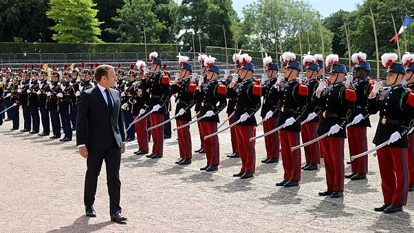 الرئيس ماكرون يستعرض حرس الشرف خلال الاحتفال