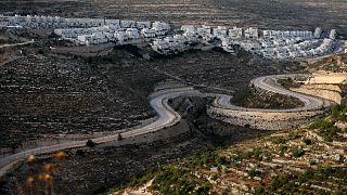 طرق إلتفافية للمستوطنين في أراضي فلسطينية بالضفة الغربية