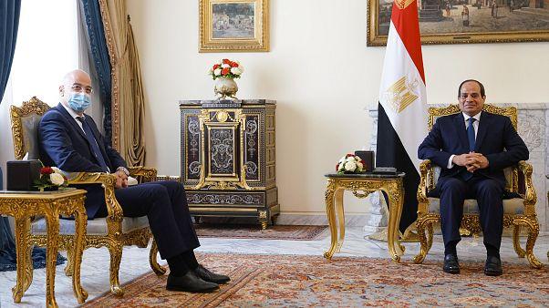 Ο Πρόεδρος της Αιγύπτου Abdel Fattah el-Sisi  συνομιλεί με τον υπουργό Εξωτερικών της Ελλάδας Νίκο Δένδια