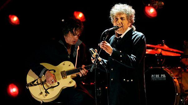باب دیلن در آلبوم تازهٔ خود؛ «در یک بستر میخوابم با مرگ و زندگی»