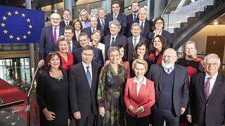 Ursula von der Leyen e la sua squadra di governo. In oltre 60 anni non c'è mai stato un commissario di colore