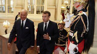 الرئيس الفرنسي إيمانويل ماكرون صحبة رئيس المجلس الدستوري الفرنسي لوران فابيوس يصلان إلى مقر المجلس في باريس - 2018/10/04