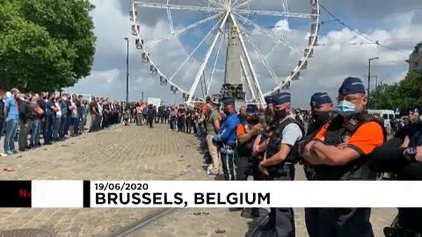 پلیسهای بلژیکی هم دستبندها را به زمین انداختند