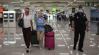 Los pasajeros del vuelo Düsseldorf-Mallorca llegan al aeropuerto de Son Sant Joan en Palma de Mallorca, España, el lunes 15 de junio de 2020.