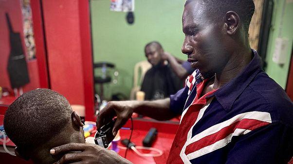 James aus Nigeria, der mit IOM-Hilfe einen Friseurladen eröffnet hat