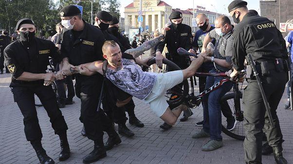 Belarus'ta Lukaşenko'nun rakibi Babariko'nun tutuklanmasına tepkiler sürüyor