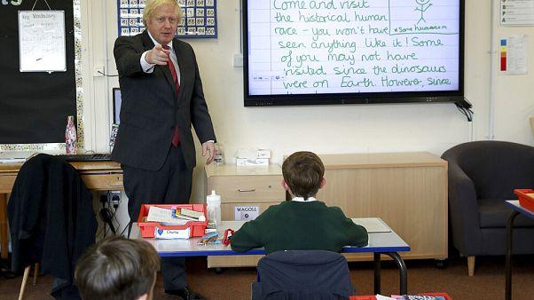 İngiltere Başbakanı Boris Johnson Bovingdon İlköğretim Okulu'nu ziyaret ederken.