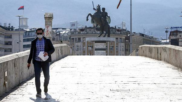 Άντρας με μάσκα στα Σκόπια