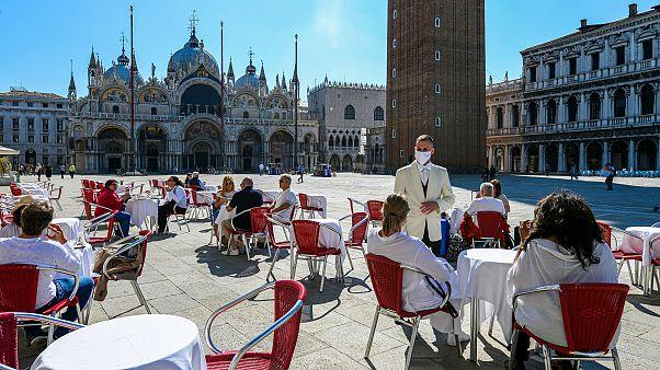 صورة لمطعم في ساحة بمدينة البندقية الإيطالية