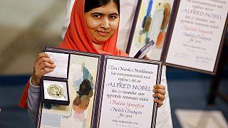 Malala Yousafzai Nobel Barış Ödülü ile poz verirken