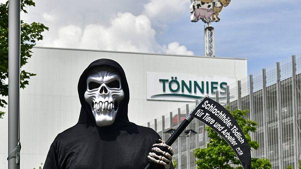 PETA-Aktivist vor Tönnies in Rheda-Wiedenbrueck