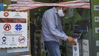 رجل يلبس كمامة في متجر إلكترونيات في الدار البيضاء