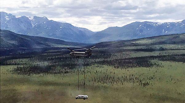 مروحية شينوك-47 تابعة للحرس الوطني الأميركي تنقل الحافلة (18 حزيران/يونيو)