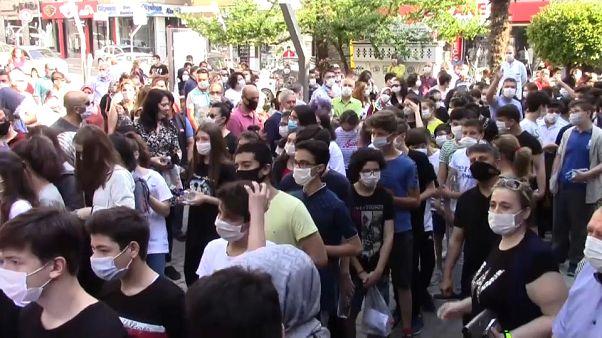 Bir sınav merkezi önündeki kalabalık
