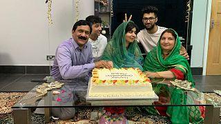 Malala családja körében a diplomatortával