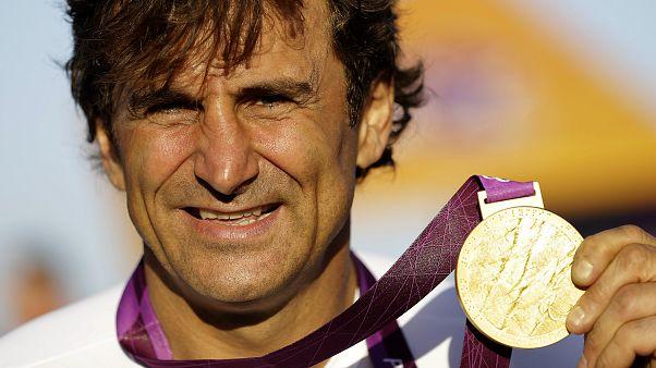 زاناردي رافعاً ميدالية ذهبية فاز بها خلال منافسات الألعاب البارالمبية الصيفية 2012 في لندن