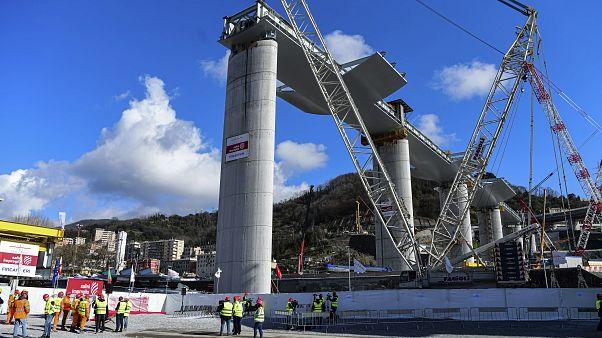 خلال عملية بناء الجسر الذي أدى انهياره إلى مقتل 43 شخصاً