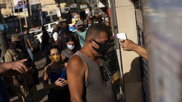 Θερμομέτρηση και μάσκες στους δρόμους του Ρίο