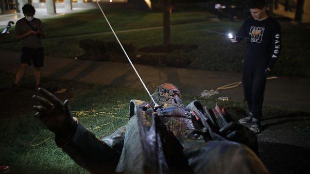 شاهد: تمثال الجنرال ألبرت بايك في واشنطن يتهاوى ويحترق أمام غضب المناهضين للعنصرية
