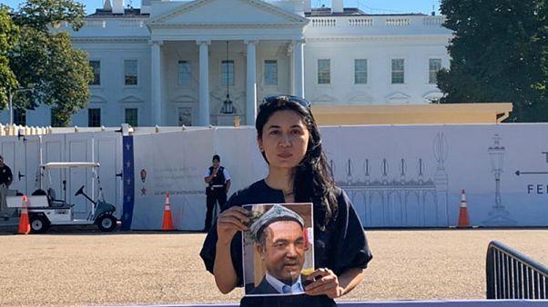 Uygur gazeteci Nur İman Abdüreşit, Beyaz Saray'ın önünde babası Abdüreşit Tohti'nin fotoğrafıyla gösteri yaparken