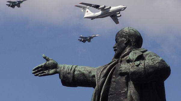 تمثال القائد السوفياتي فلاديمير لينين في وسط الساحة الحمراء في موسكو