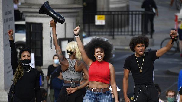 Clamor contra el racismo y el colonialismo en Reino Unido y Francia exigiendo el derribo de estatuas