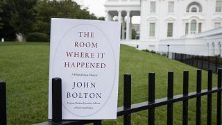 """نسخة من كتاب بولتون، """"المتفجر"""" بحسب وصف الصحافة الأميركية، أمام البيت الأبيض"""