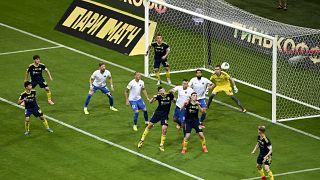 Rusya'da Rostov (sarı lacivertli forma) takımı, ekibin tamamının koronavirüse karşı karantinada olması nedeniyle Soçi maçına amatörlerle çıktı.