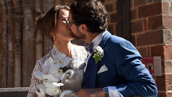 Fransız avukat Thomas Hollande ve Fransız gazeteci Emilie Broussouloux, düğünlerinde öpüşürken (arşiv)