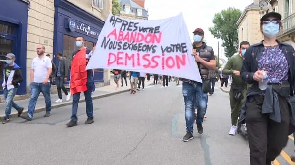 """Una pancarta en la que se lee """"tras nuestro abandono exigimos su dimisión"""" durante la protesta de la comunidad magrebí en Dijon"""