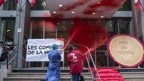 Fransa'da sağlık sektörü çalışanlarının yetersiz çalışma koşullarını protesto eden Attac isimli grup, sağlık bakanlığını kırmızıya boyadı