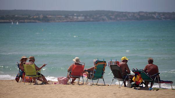 Des touristes sur une plage espagnole