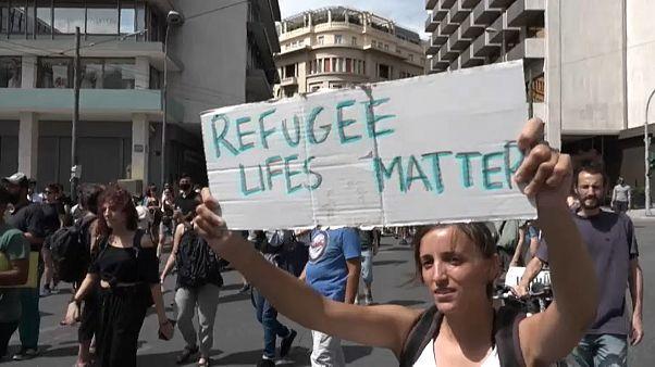 """Una manifestante alza un cartel con el eslogan """"La vida de los refugiados importa"""""""