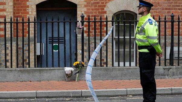 La polizia di guardia all'ingresso dell'abbazia di Forbury Gardens, l'indomani dell'attacco nei giardini di Reading, in Inghilterra