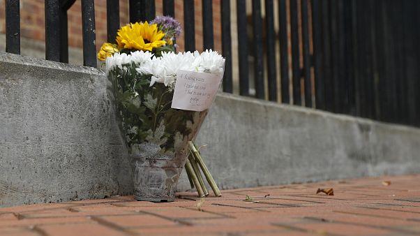 """باقة زهور وضعها أحد السكان في """"فوربوري غاردنز بارك"""" حيث حدث الهجوم"""