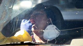 سيدة تجري اختباراً لكوفيد-19 في أريزونا