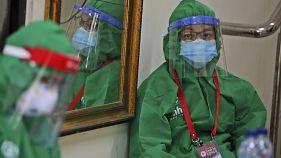عاملة في الجهاز الطبي الإندونيسي
