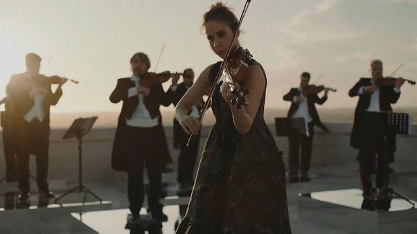 La violinista Anna Tifu suona sul palazzo della civiltà italiana all'Eur - Roma