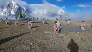 صورة من فيديو لعناصر الشرطة يمارسون رياضة اليوغا