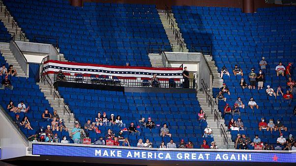 Trollok miatt beszélt félig üres sportcsarnokban Trump
